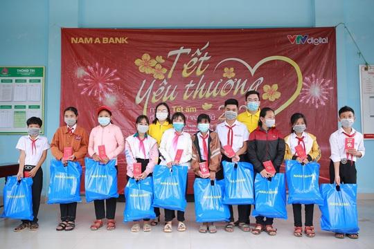 Nam A Bank mang Tết ấm đến bà con vùng lũ tại Trà Leng và Rào Trăng - Ảnh 5.