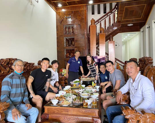 HLV Kiatisak thăm nhà bầu Đức, so sánh Tết Việt Nam - Tết Thái Lan - Ảnh 4.
