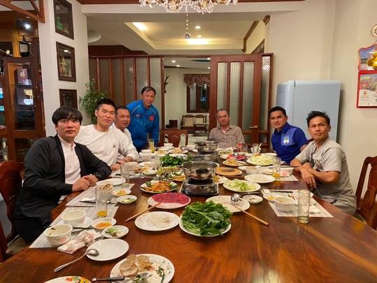 HLV Kiatisak thăm nhà bầu Đức, so sánh Tết Việt Nam - Tết Thái Lan - Ảnh 3.
