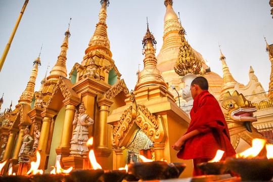 Ngôi chùa nạm 4.500 viên kim cương trên mái - Ảnh 1.