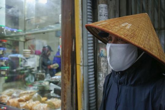 Người Hà Nội đội mưa xếp hàng mua giò chả, bánh chưng - Ảnh 12.