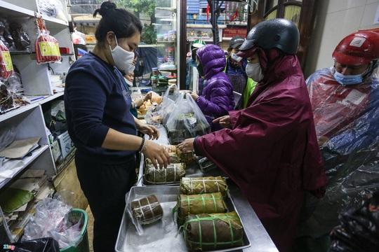 Người Hà Nội đội mưa xếp hàng mua giò chả, bánh chưng - Ảnh 4.