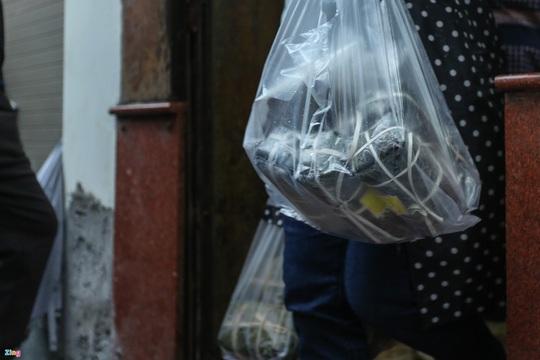 Người Hà Nội đội mưa xếp hàng mua giò chả, bánh chưng - Ảnh 7.