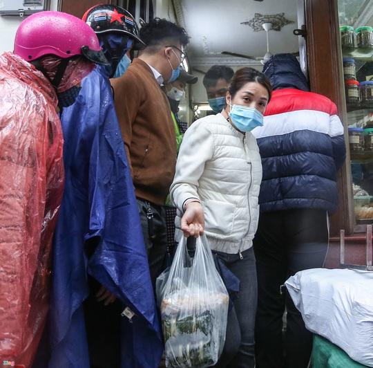 Người Hà Nội đội mưa xếp hàng mua giò chả, bánh chưng - Ảnh 9.
