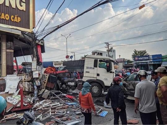 CLIP: Xe đầu kéo tông hàng loạt xe máy và ôtô, húc tan hoang nhà dân ở Đồng Nai - Ảnh 1.