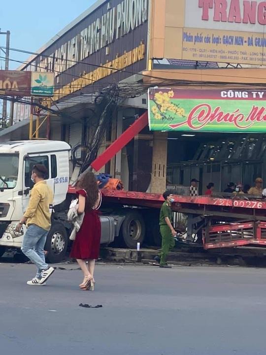 CLIP: Xe đầu kéo tông hàng loạt xe máy và ôtô, húc tan hoang nhà dân ở Đồng Nai - Ảnh 4.