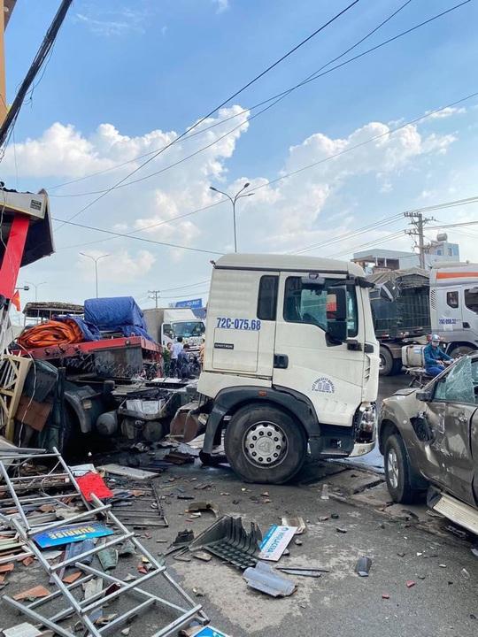 CLIP: Xe đầu kéo tông hàng loạt xe máy và ôtô, húc tan hoang nhà dân ở Đồng Nai - Ảnh 3.
