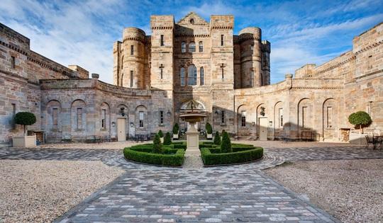 Giới tài phiệt Trung Quốc đổ xô mua lâu đài châu Âu - Ảnh 1.