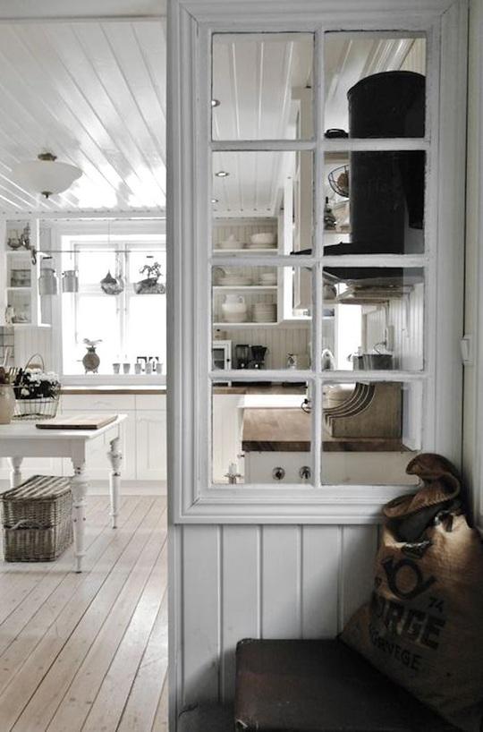 Sự tiện dụng và quyến rũ của những khung cửa sổ cũ - Ảnh 4.