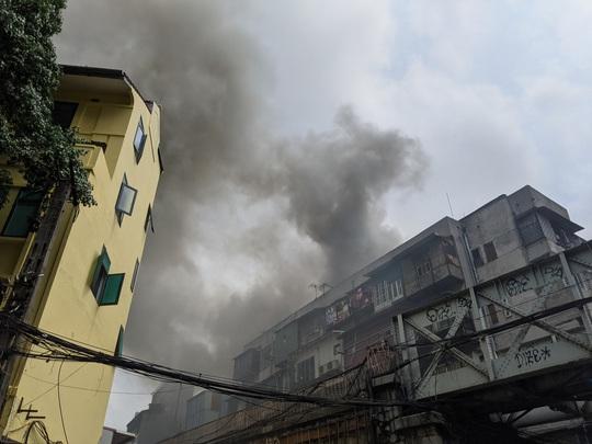 CLIP: Cháy lớn trong phố cổ, cả khu phố náo loạn - Ảnh 3.