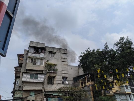 CLIP: Cháy lớn trong phố cổ, cả khu phố náo loạn - Ảnh 2.