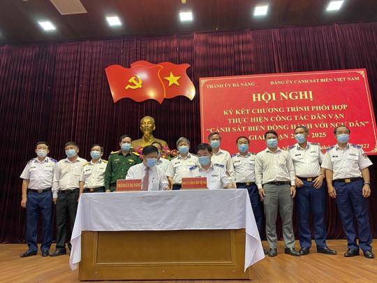 Ký kết chương trình Cảnh sát biển đồng hành với ngư dân tại TP Đà Nẵng - Ảnh 1.
