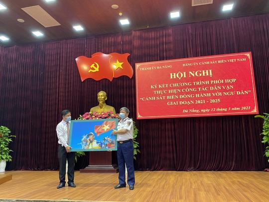 Ký kết chương trình Cảnh sát biển đồng hành với ngư dân tại TP Đà Nẵng - Ảnh 2.
