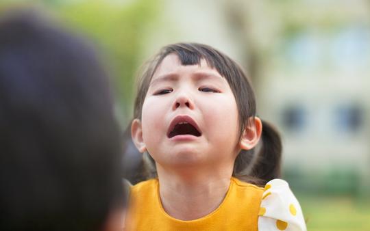 """Bạo hành """"lạnh"""": Bức tường ngăn cách bố mẹ và con - Ảnh 1."""