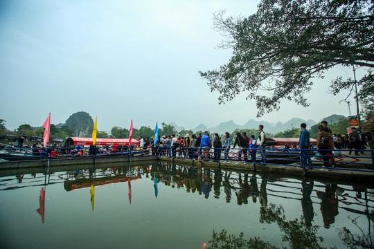 CLIP: 16.000 người đến chùa Hương trong sáng đầu tiên mở cửa trở lại - Ảnh 4.