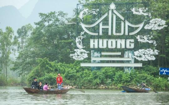 CLIP: 16.000 người đến chùa Hương trong sáng đầu tiên mở cửa trở lại - Ảnh 2.
