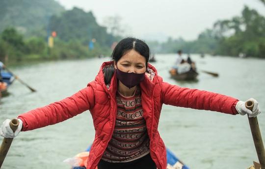CLIP: 16.000 người đến chùa Hương trong sáng đầu tiên mở cửa trở lại - Ảnh 8.