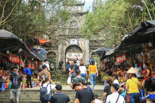 CLIP: 16.000 người đến chùa Hương trong sáng đầu tiên mở cửa trở lại - Ảnh 12.