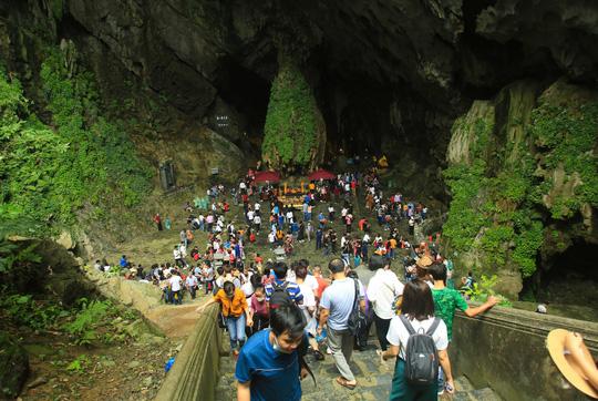 CLIP: 16.000 người đến chùa Hương trong sáng đầu tiên mở cửa trở lại - Ảnh 16.