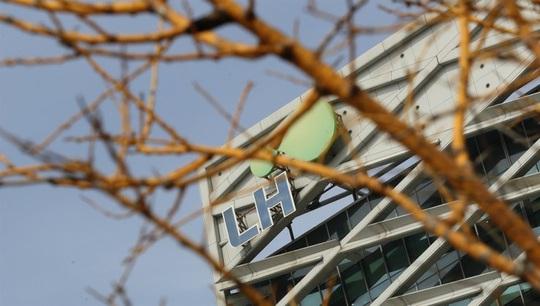 Quan chức Hàn Quốc tự tử liên tiếp giữa bê bối mua đất - Ảnh 1.