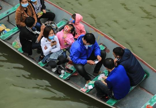 Ban quản lý chùa Hương nói gì trước tình trạng du khách đánh bài trên thuyền? - Ảnh 7.