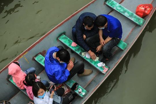 Ban quản lý chùa Hương nói gì trước tình trạng du khách đánh bài trên thuyền? - Ảnh 2.