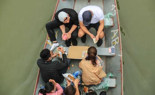Ban quản lý chùa Hương nói gì trước tình trạng du khách đánh bài trên thuyền? - Ảnh 9.