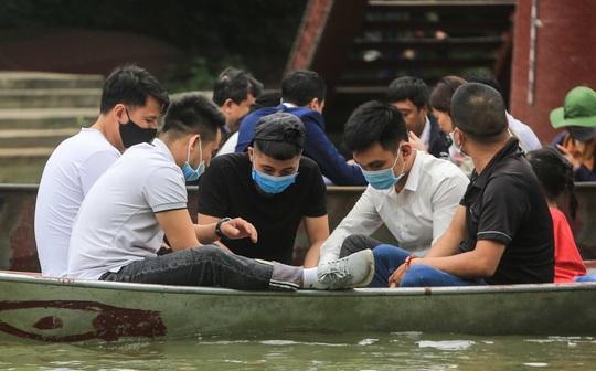 Ban quản lý chùa Hương nói gì trước tình trạng du khách đánh bài trên thuyền? - Ảnh 10.