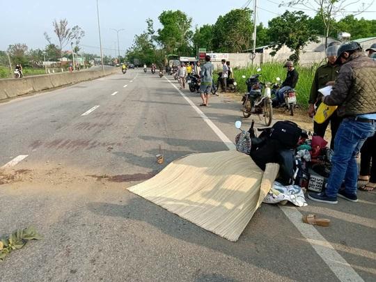 Quảng Nam: Quay lại lượm mũ bảo hiểm, người phụ nữ bị xe tải tông tử vong - Ảnh 1.