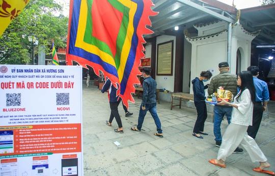 CLIP: Du khách lơ là phòng chống dịch khi đi vãn cảnh chùa Hương - Ảnh 12.