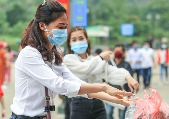 CLIP: Du khách lơ là phòng chống dịch khi đi vãn cảnh chùa Hương - Ảnh 16.