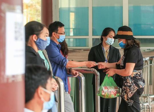 CLIP: Du khách lơ là phòng chống dịch khi đi vãn cảnh chùa Hương - Ảnh 8.