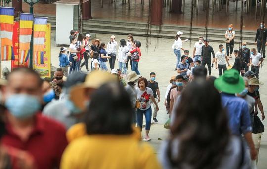 CLIP: Du khách lơ là phòng chống dịch khi đi vãn cảnh chùa Hương - Ảnh 11.