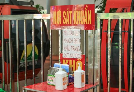 CLIP: Du khách lơ là phòng chống dịch khi đi vãn cảnh chùa Hương - Ảnh 10.