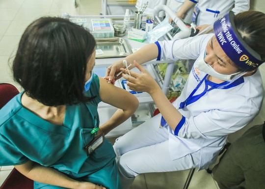 Hơn 10.000 người Việt đã tiêm vắc-xin Covid-19 - Ảnh 1.