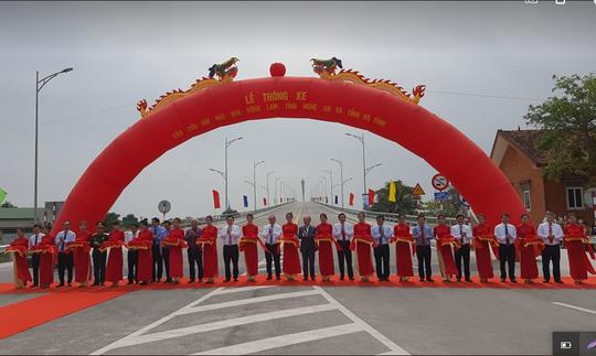Thủ tướng Nguyễn Xuân Phúc dự lễ thông xe cầu Cửa Hội bắc qua sông Lam - Ảnh 1.
