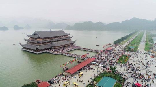 Biển người đổ về ngôi chùa lớn nhất thế giới ở Hà Nam - Ảnh 1.