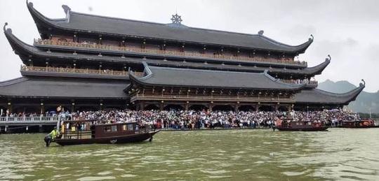 Biển người đổ về ngôi chùa lớn nhất thế giới ở Hà Nam - Ảnh 11.