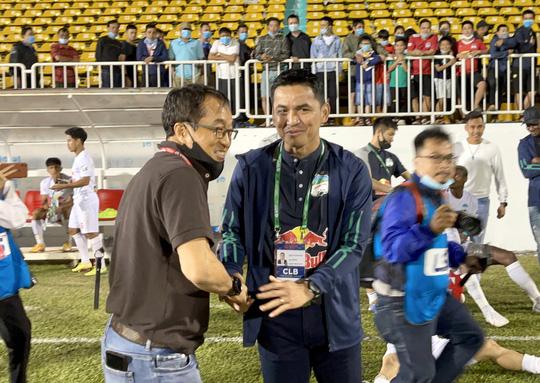 HAGL đánh bại Topenland Bình Định, trợ lý HLV Park Hang-seo chúc mừng Kiatisak - Ảnh 3.