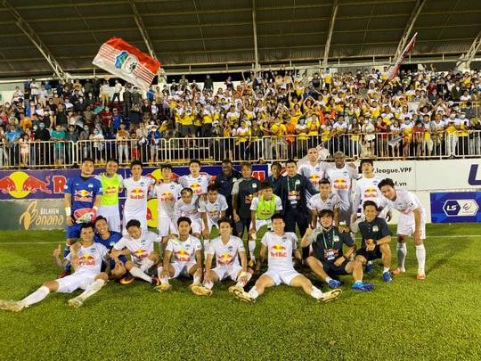 HAGL đánh bại Topenland Bình Định, trợ lý HLV Park Hang-seo chúc mừng Kiatisak - Ảnh 2.