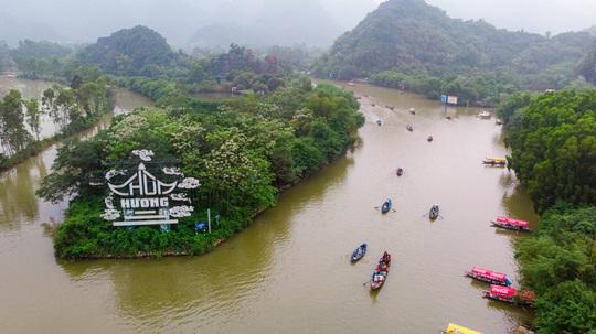 CLIP: Du khách lơ là phòng chống dịch khi đi vãn cảnh chùa Hương - Ảnh 3.