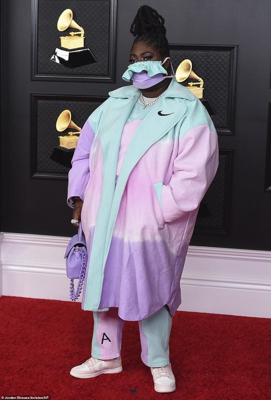 Lễ trao Giải Grammy: Những bộ đầm hở bạo, kỳ quái trên thảm đỏ - Ảnh 12.