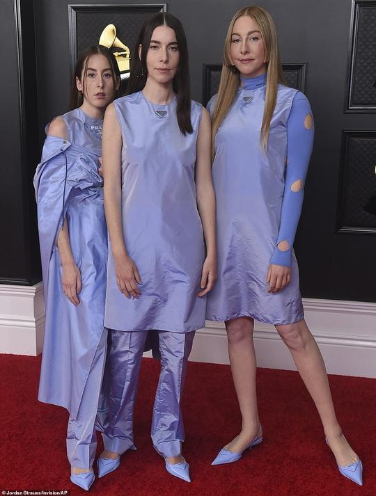 Lễ trao Giải Grammy: Những bộ đầm hở bạo, kỳ quái trên thảm đỏ - Ảnh 11.