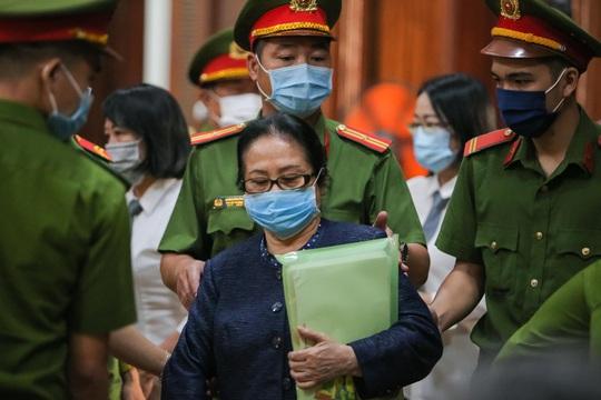 Toàn cảnh phiên toà xét xử ông Nguyễn Thành Tài và nữ đại gia ngày đầu tiên - Ảnh 7.