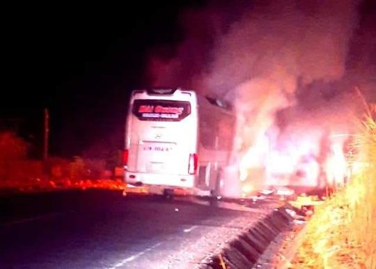 Xe khách nhở 11 người bốc cháy lúc rạng sáng - Ảnh 1.