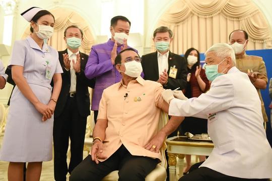 Nhiều nước tiếp tục sử dụng vắc-xin Oxford - AstraZeneca - Ảnh 1.