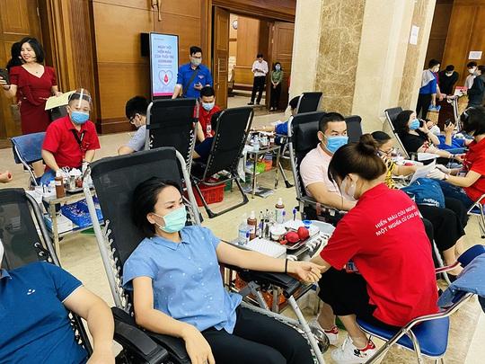 Đoàn thanh niên Agribank tổ chức chương trình hiên máu tình nguyện - Ảnh 3.