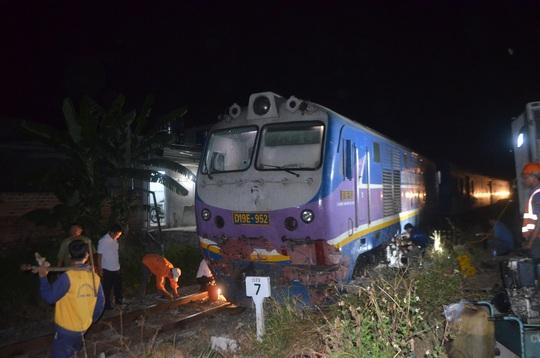 Tàu hỏa tông xe đầu kéo, đường sắt tê liệt hơn 6 giờ - Ảnh 2.