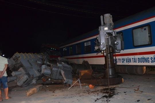 Tàu hỏa tông xe đầu kéo, đường sắt tê liệt hơn 6 giờ - Ảnh 4.