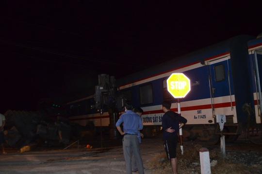 Tàu hỏa tông xe đầu kéo, đường sắt tê liệt hơn 6 giờ - Ảnh 3.